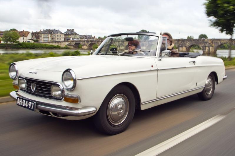 Tijdreis naar de CÃ'te d'Azur in een Peugeot 404 Cabriolet